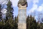 Rokycany svým hrdinům. Tímto věnováním na pomníku v parku mezi nádražími nebylo ale míněno jejich hanobení.