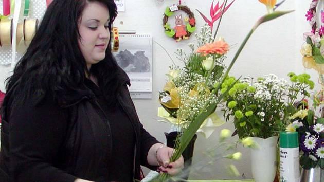 Lidé také chtějí míchané kytice – třeba takovou, jakou váže Zdeňka Hacaperková.