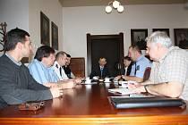 Radní města Rokycany v čele se starostou Vladimírem Šmolíkem  společně se zástupci Policie ČR  hodnotili uplynulou spolupráci .