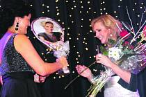 Předvánoční vystoupení zpěvačky Heleny Vondráčkové se v závěru týdne odehrávala v České republice i na Slovensku. Při pátečním charitativně laděné akci v obci u Rokycan zpěvačka uzavírala tříhodinový pořad a organizátorka Martina Čaplová jí mimo jiné věno