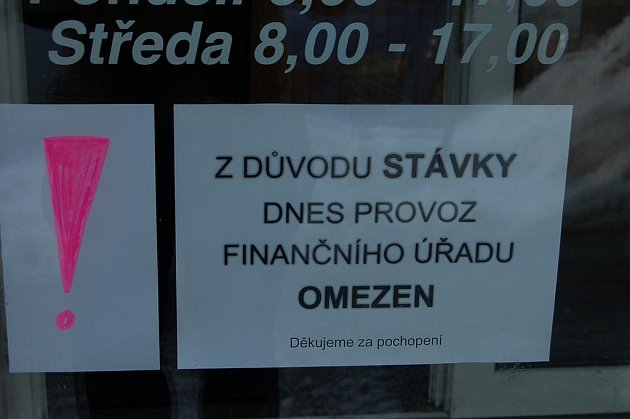 Na dveřích rokycanského finančního úřadu visel včera leták, upozorňující na omezený chod.