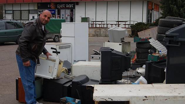 Začal svoz nebezpečného odpadu. Na osmi místech okresu startoval v sobotu ráno sběr nebezpečného odpadu. Výjimkou nebylo ani parkoviště v centru Holoubkova, kde se objevily vysloužilé televize, ledničky, autobaterie a další věci.