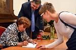 PO POUTAVÉM VYPRÁVĚNÍ  Zdeňky Fantlové a  besedě  v rokycanské radnici se posluchači se Zdenkou Fantlovou  nehodlali loučit. Měli s sebou  její knihu (někteří i několik) a toužil po autorčině podpisu a prohození aspoň pár slůvek. Unaveného hosta musel nak