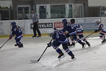 Mladší žáci HC Rokycany (v bílých dresech) nerozšířili bodovou sbírku doma se Soběslaví ani v dalším zápase na milevském zimním stadionu.