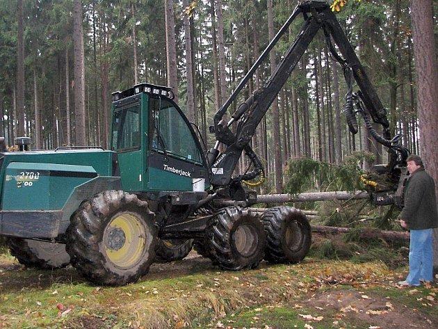 Rokycanští lesáci si zjednali silné pomocníky. Jedním z nich je harvestor na snímku, mechanismus, který si snadno a rychle poradí s těžbou stromů.