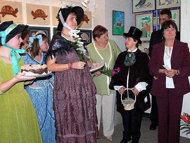 Zvíkovecké kytičky potěšily svými výtvory účastníky už dvanácté výstavy Patří  mezi nás. Její  vernisáž se odehrála ve čtvrtek odpoledne v Muzeu dr. B. Horáka.