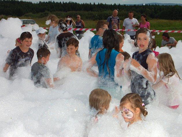 ŘÁDĚNÍ V PĚNĚ bylo tečkou za sportovním a kulturním odpolednem v novém rakovském areálu. Při pouťovém víkendu sem v sobotu zavítalo bezmála devět set malých i odrostlých návštěvníků.