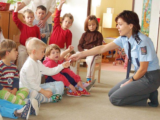 I za nejmenšími do mateřských škol jezdí  mluvčí Policie ČR Rokycany Jana Tomková, aby si s nimi povídala o nebezpečí.