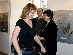 Vernisáž nově výstavy fotografií v Muzeu dr. B. Horáka přinesla  poznání i pobavení. Na snímku je  autorka  záběrů Alena Voráčková (vlevo), vedle ředitelka muzea Miroslava Šandová.