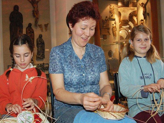 Přehlídka velikonočních zvyků v rokycanském muzeu lákala. Věra Benešová (uprostřed) tu pletla  a košíky a pomáhaly jí Karina Sekyrková (vlevo) i Aneta Hirmanová.
