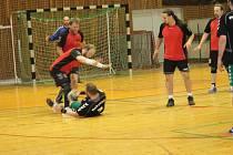 Házená Rokycany (v černém) nezvládla poslední domácí duel krajské ligy mužů. Podlehla Slavii VŠ o dvanáct branek a soutěž zakončí pozítří v Plzenci.