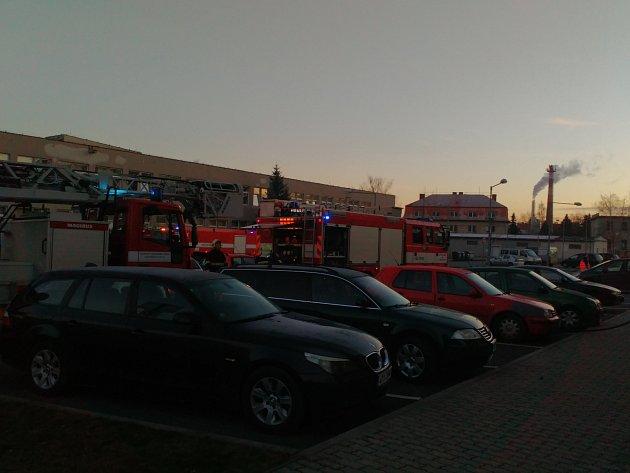 Několik jednotek hasičů bojovalo ráno s požárem bytu. Příčinou byla zřejmě svíčka.