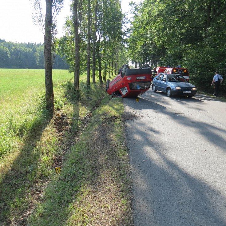 MOTORISTA ukončil svou jízdu nedaleko Siré na střeše. Záchranáři jej převezli do nemocnice.