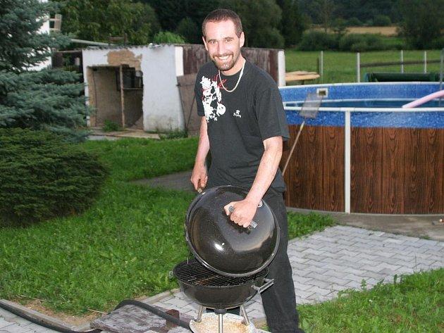 Jaroslav Čmolík ve volném čase odpočívá nebo se věnuje svým přátelům.