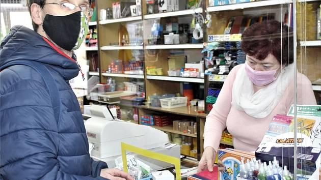 Pavel Schwarz přišel v úterý nakoupit do papírnictví Rokytka v centru Rokycan.