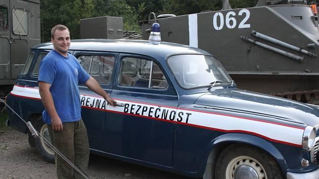 ATMOSFÉRU srpna 1968, o níž vypovídá výstava, doplňuje i technika. Na snímku je poblíž ní jeden z aktivistů muzea Jiří Bejvančický.