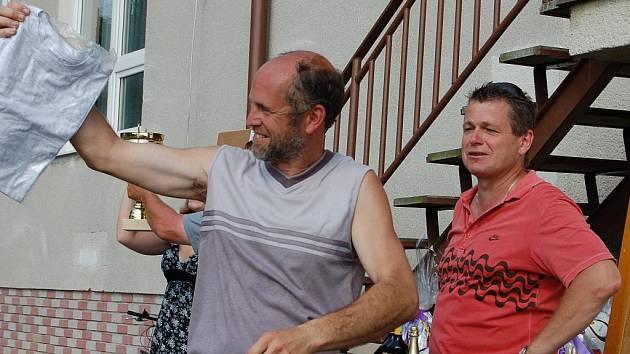 Pouťovou sobotu v Rakové si nenechal ujít vytrvalý a náruživý sportovec Rudolf Burket (vlevo). Na kole se mimochodem nedávno vypravil za fotbalisty Dobříva do Žichovic. Tentokrát vyhrál v tombole tričko.