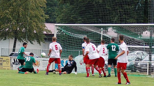 Pohárový duel FC Rokycany versus Klatovy přilákal do Husových sadů 150 fanoušků. Sledovali i závar před Klatovskou svatyní. Ohrozili ji útočící Filipec, padající Procházka a s číslem 12 zády je nová posila FC Petr Ženíšek.