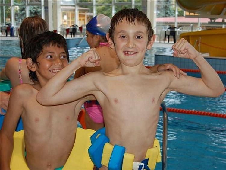 Žáci Základní školy ulice Míru si ve čtvrtek dopoledne užili hodinu plavání. Děti ze třetí a čtvrté třídy trénovaly své plavecké dovednosti pod dohledem učitelky Edity Kantoříkové.