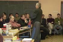 Představitel Hospodářské komory Rokycany Petr Kůs před auditoriem při zahájení nového projektu.