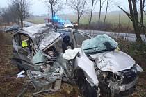 ZDEMOLOVANÝ osobní automobil v mirošovské Uxově ulici. V sobotu ráno zde bourala dvoučlenná posádka mladých mužů a jedenadvacetiletý pasažér havárii nepřežil.