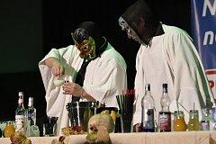 Budoucí barmani předvedli šou ve stylu blížícího se Halloweenu.