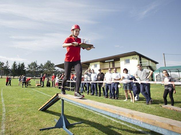 V soutěžních disciplínách se objevil i běh po kladině.