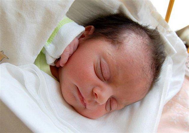 Samuel Amin Khadang z  Klabavy se narodil na sále rokycanské porodnice 2. července. Přišel na svět v půl páté ráno. Jeho porodní váha činila 2700 gramů, měřil 46 cm.