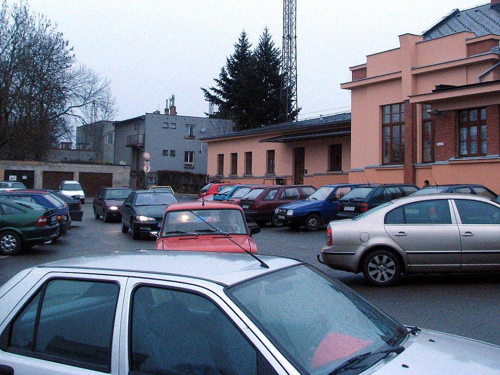 I středeční situace dokazovala, že prostor před vlakovým nádražím v Rokycanech je stále  přeplněn auty. Najít zde místo k parkování bylo odpoledne nemožné. Naopak plocha téměř sousedícího autobusového nádraží byla skoro nevyužita.