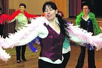 Pestrobarevné boa bylo součástí dalšího nápaditého představení. Ženy a dívky si vedly jistě.