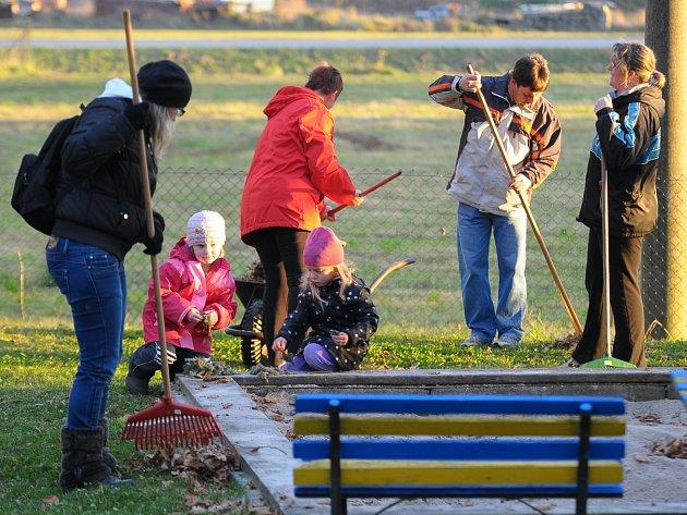 Ve školce se uklízela zahrada, pískoviště i domeček s hračkami.