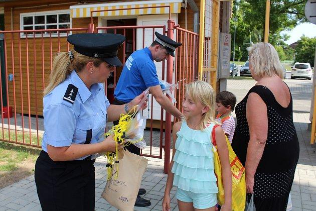 Na snímku je tisková mluvčí PČR Hana Kroftová a velitel městských strážníků Petr Wohlmuth.
