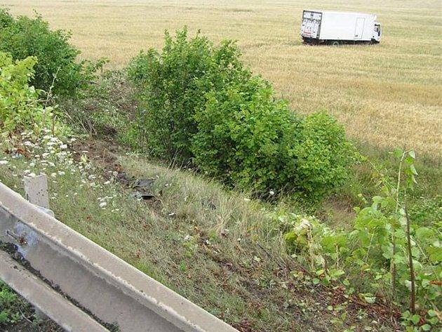 Řidič kamionu zajel do pole asi padesát metrů od vozovky. Nic se mu naštěstí nestalo.