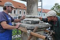 KAREL GRANÁT a Vítězslav Hejduk v těchto dnech restaurují sloup se sochou svatého Jana Nepomuckého. Včera ráno brousili profilaci sloupu, který navíc nemá dostatečnou stabilitu.