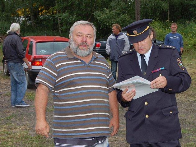 ŠÉF SDH BŘASY Jiří Kočka (vpravo) přivítal i starostu Němčovic Karla Ferschmanna, který dovezl soptíky.