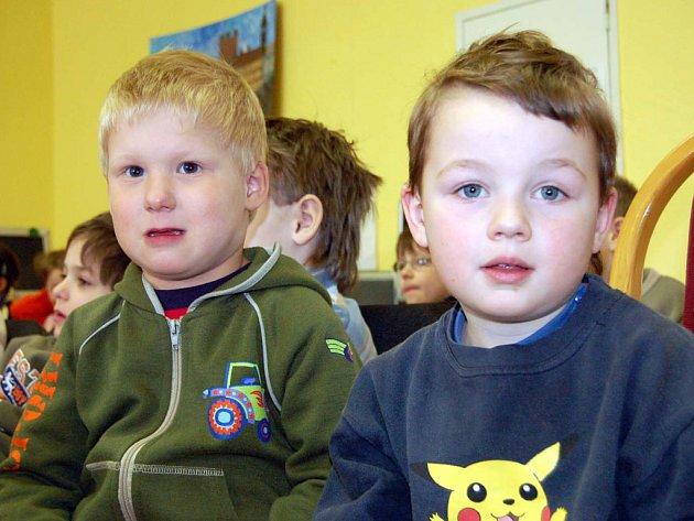 Do knihovny dorazili také Michal Světlík a David Brzobohatý (zleva).