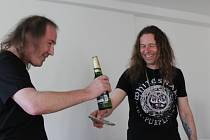 KLÁVESISTA MÍLA ORCÍGR (vpravo) je známou tváří hudební scény na Plzeňsku. Prošel v regionu několika kapelami a kromě toho si troufl na svůj čtvrtý nosič! Nazval ho Abstina a křtu se ve Strašicích ujal publicista Petr Korál.