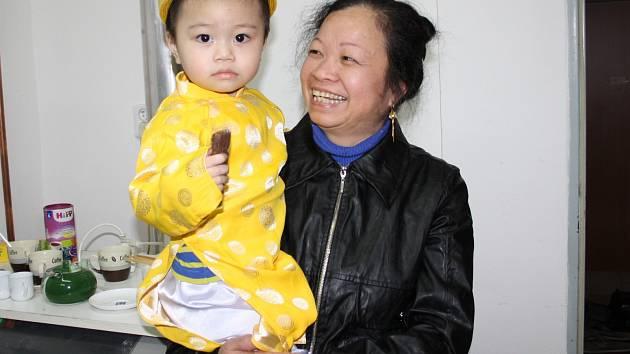 DVOULETÝ benjamínek Kevin (na snímku s babičkou) dostal nový slavnostní oděv, aby svátek jaksepatří uctil.