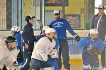 NA ROKYCANSKÝ LED se včera odpoledne postavil obránce z nejvyšší zámořské hokejové soutěže NHL Radko Gudas, který předával zkušenosti svým následovníkům. Gudas aktuálně působí jako obránce v Tampě.