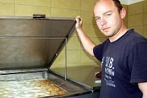 V minipivovaru U Stočesů je vše připraveno slavnostní čep. Tomáš Grimm, jeden ze tří majitelů restauračního zařízení, předvádí kvašení piva ve spilce.
