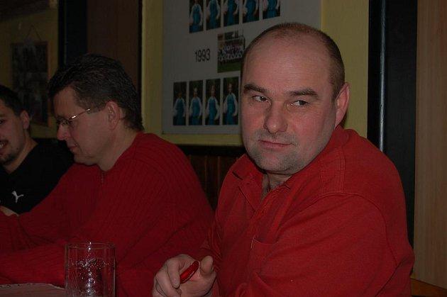 Trenér odtajnil cíle. První tým TJ Sokola Raková vede Jan Rottenborn (vpravo). Při sobotní valné hromadě vyslovil  nelehké postupové přání.  Vlevo mu naslouchá Luboš Kašpar.
