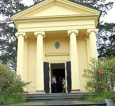 Monument. Dominantou stupenského hřbitova je hrobka  rodu Šternberků. Včera odpoledne sem zamířily stovky návštěvníků.