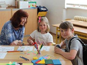 K zápisu ve škole TGM se dostavila i Hanička Kovandová, kterou doprovodil bratr Pavel, tamní zkušený druhák.