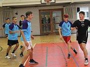 KLUCI ZE ZŠ JIŽNÍ PŘEDMĚSTÍ (černé dresy) vyhráli včera okresní finále ZŠ v házené. V semifinále zdolali vrstevníky  z  devítiletky TGM (v modrém) 5:4.