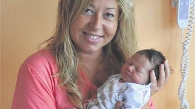Adéla DOLANSKÁ z Břas si pro svůj příchod na svět vybrala datum 6. července. Narodila se tři hodiny a třicet minut po půlnoci. Manželé Kateřina a Miroslav znali pohlaví svého prvního dítěte dopředu. Adélka vážila při narození 2880 gramů, měřila 47 cm.