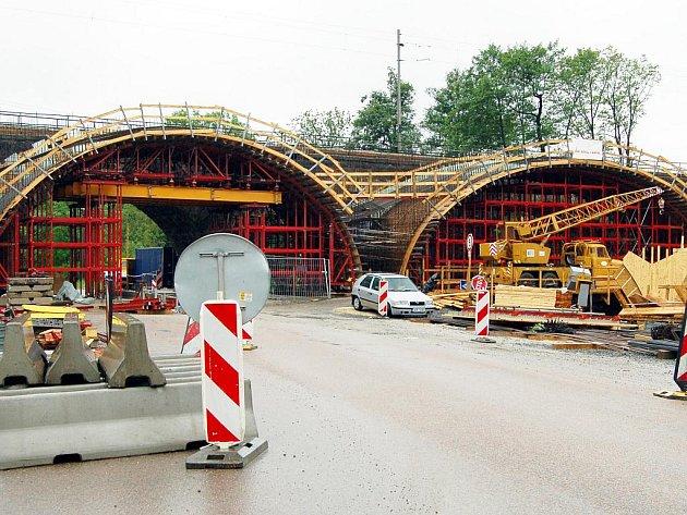 V  Pivovarské ulici vrcholí výstavba první části nového železničního mostu.