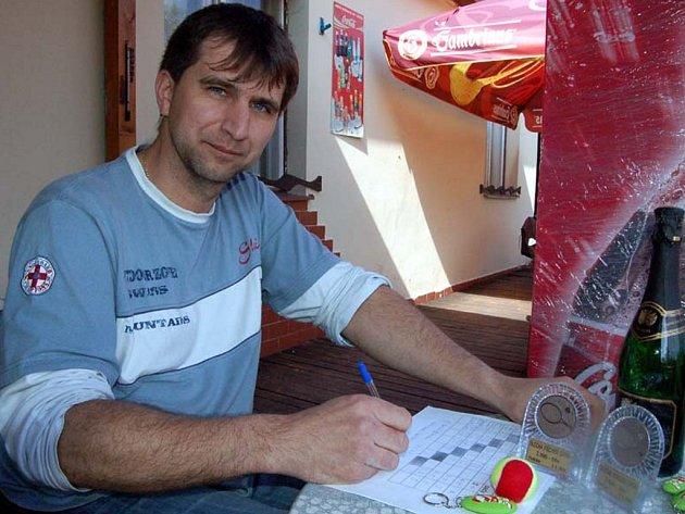 Správce radnických kurtů Petr Blecha organizoval v sobotu turnaj ve čtyřhře.  Přestože je upoután na vozík, má v plánu další podniky pro registrované i amatéry.