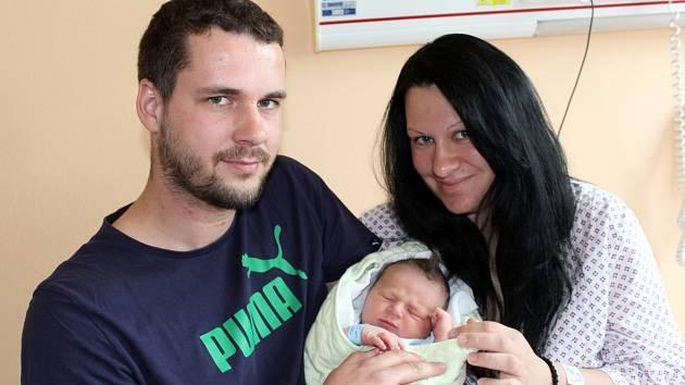 JAN PEKÁR ze Březiny přišel na svět 6. dubna dvě minuty po sedmé večer. Manželé Petra a Honza věděli dopředu, že jejich první dítě bude chlapeček. Tatínek byl u porodu pomáhat, a tak viděl míry 3900 gramů a 52 cm na vlastní oči.