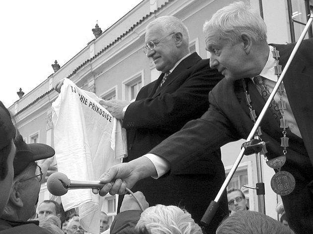 Pavel Vaník předává prezidentovi Václavu Klausovi na rokycanském náměstí tričko Čechie Příkosice.