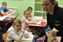 Kluci a děvčata z 1. A mirošovské devítiletky se před pololetním vysvědčením seznámili s Leopoldem. Maskotem policejního projektu, který přivezla Hana Kroftová.